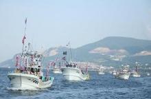 漁船団の勇壮な港内パレード